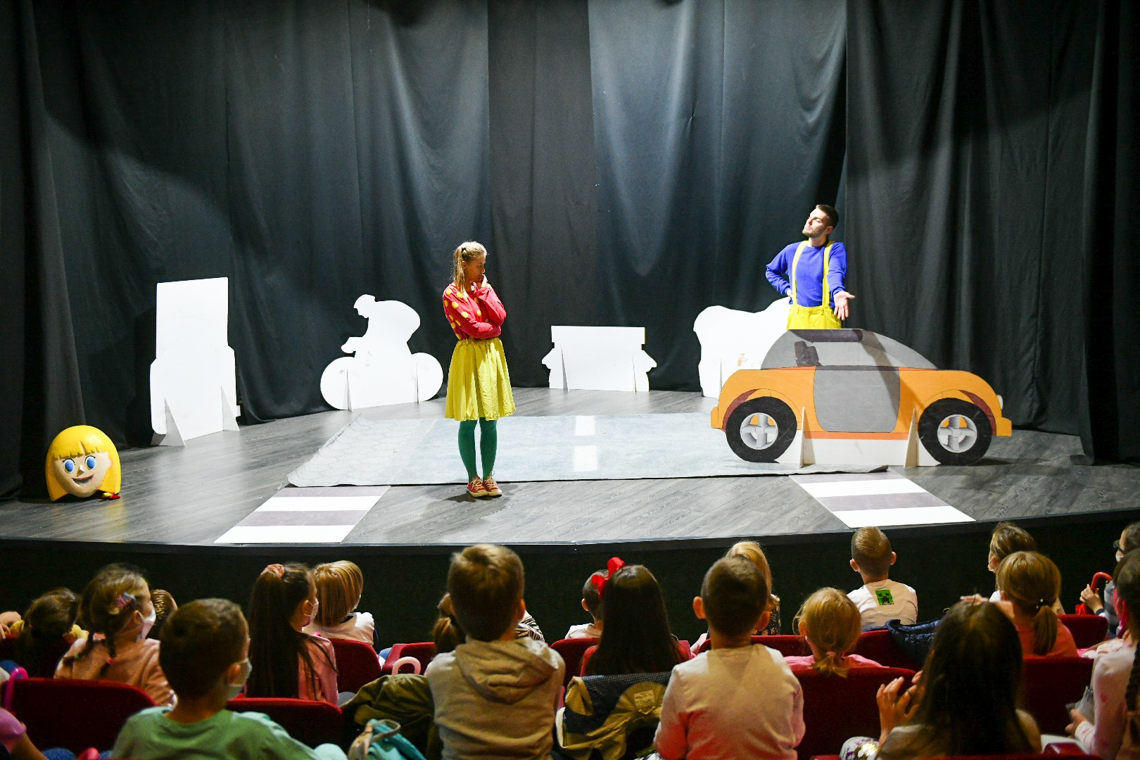 """""""Недјеља дјетета"""": Представа """"Мирка"""" учила основце о правилима понашања у саобраћају"""